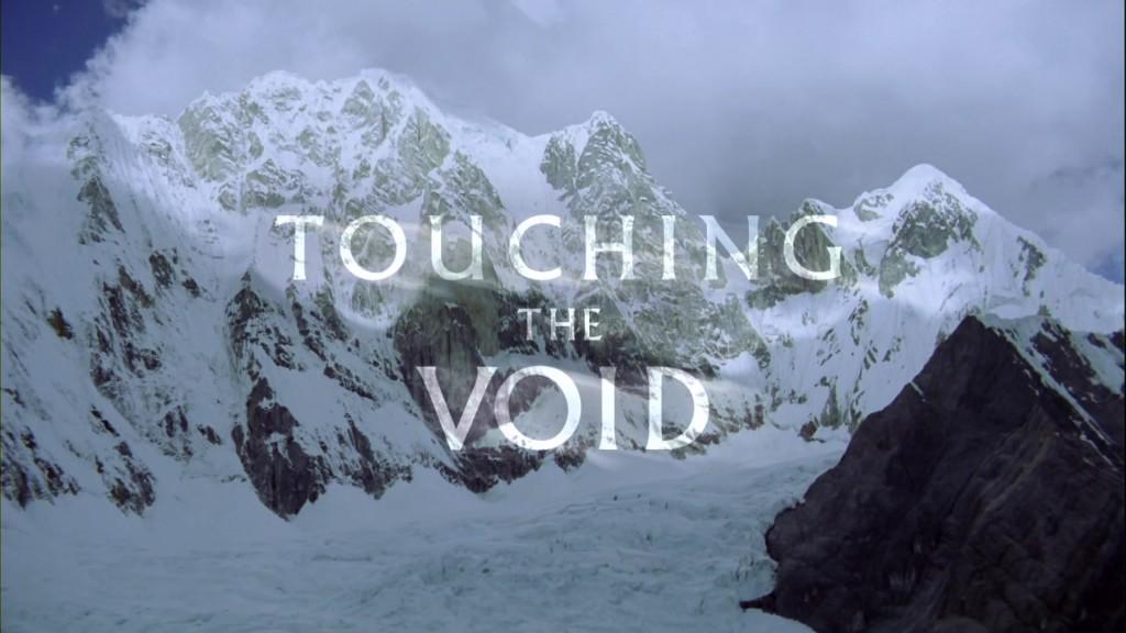 touching the void Touching the void, canlandırmaların da başarılı olmasının katkısıyla, hem bir macera işte touching the void, bunca hissi seyirciye de aynen geçirerek, yabancı bir diyardaki yabancı duyguları tanıdık.